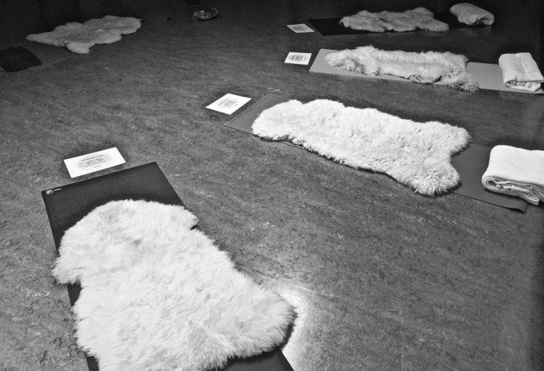 Foto Middenweg Kundalini Yoga - schapenvachten en yogamatten
